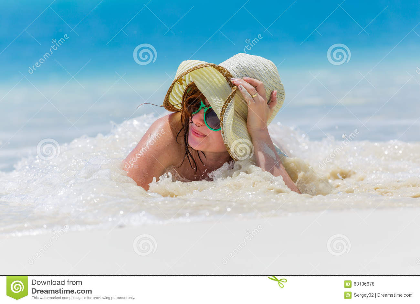海滩的少妇