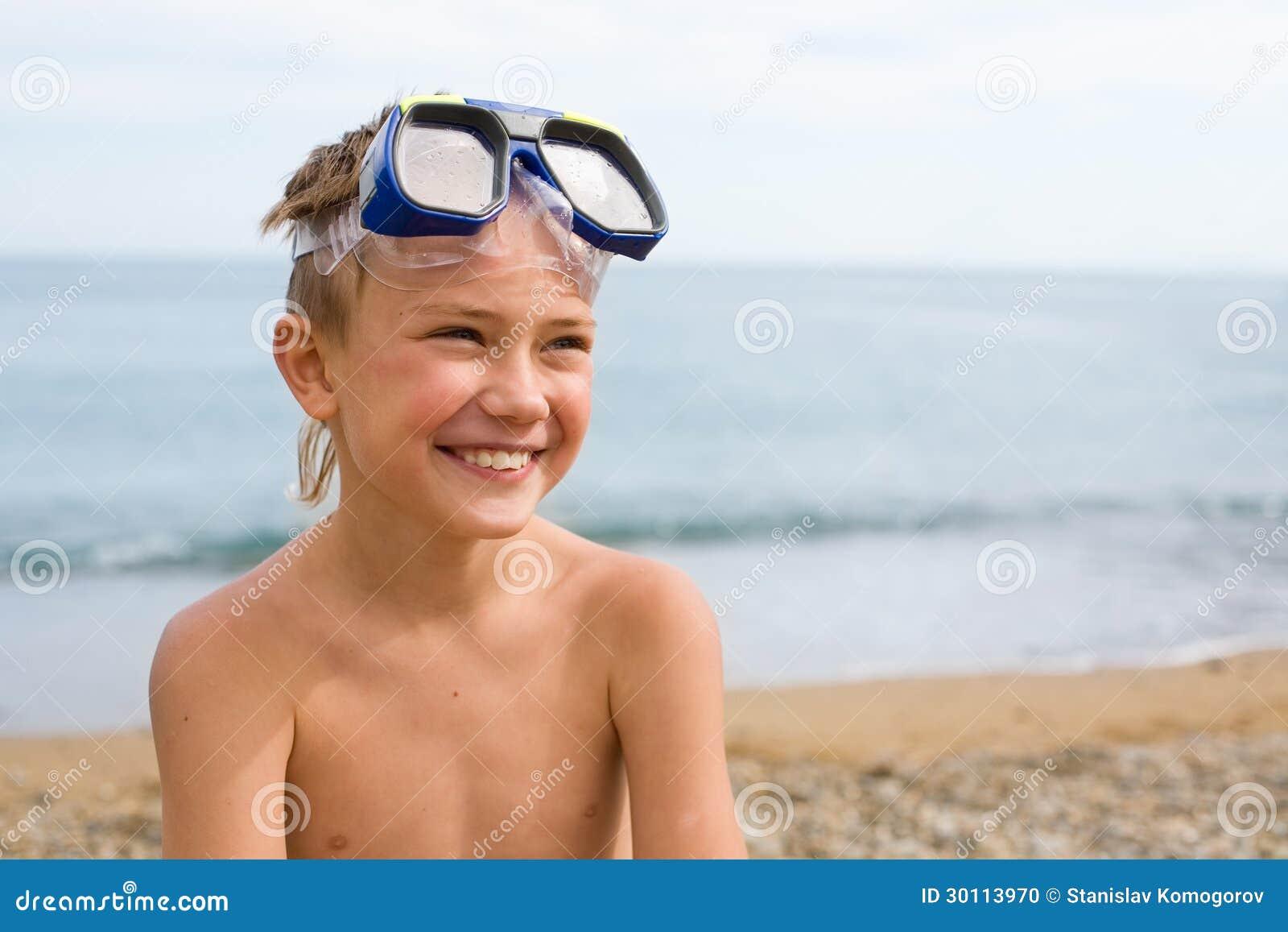 一个面具的男孩佩戴水肺的潜水的。