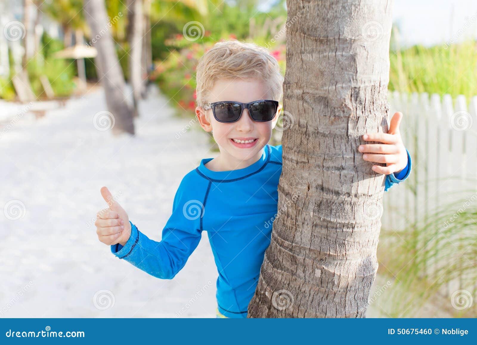 Download 海滩的男孩 库存照片. 图片 包括有 海岛, 海洋, beautifuler, 乐趣, 放松, 英俊, 人员 - 50675460
