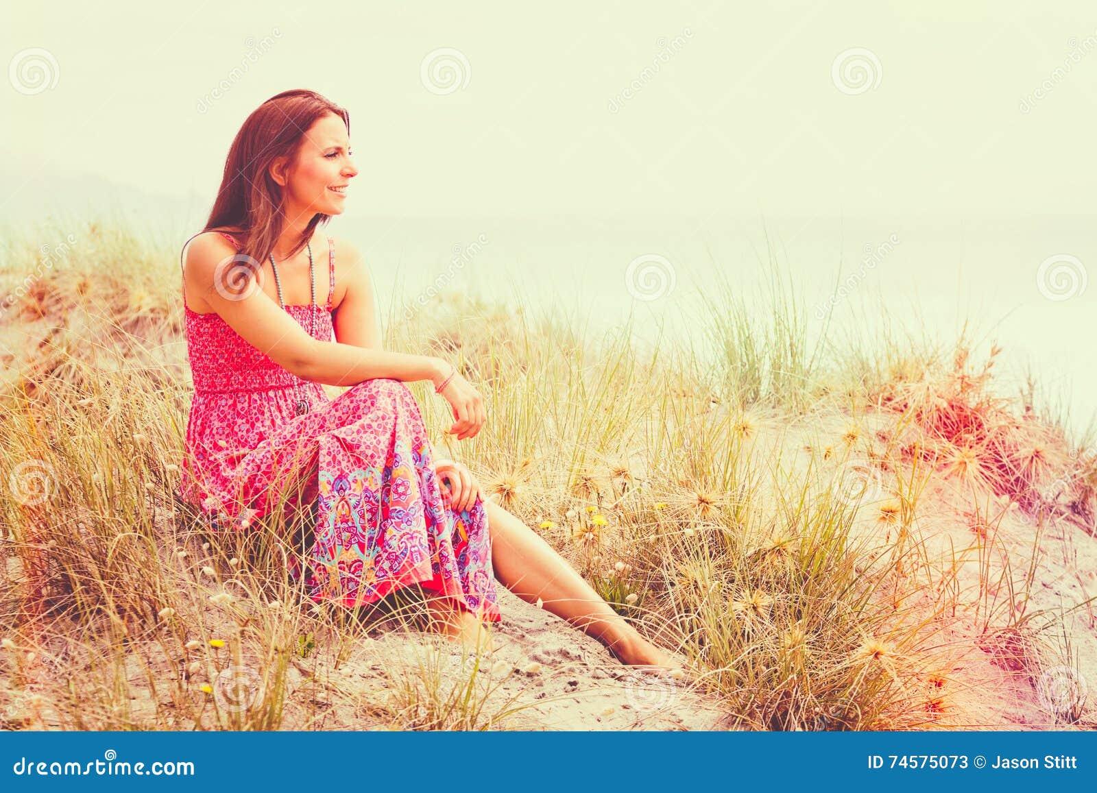 海滩美丽的妇女