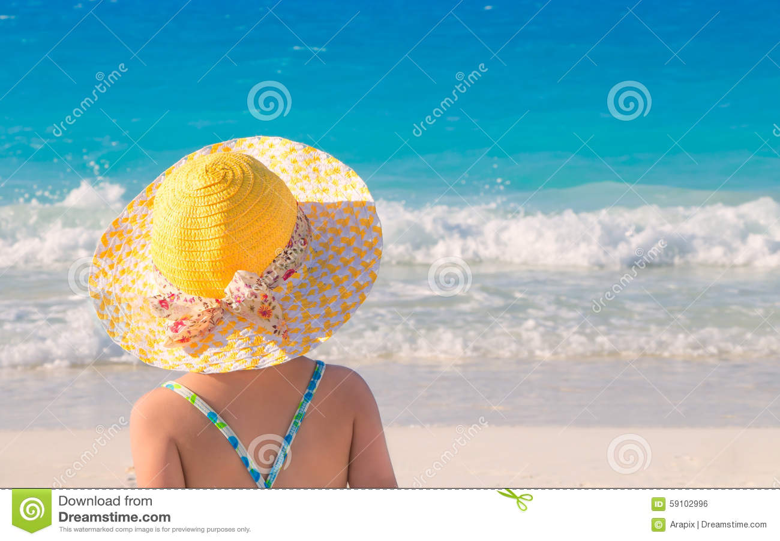 海滩逗人喜爱的女孩一点