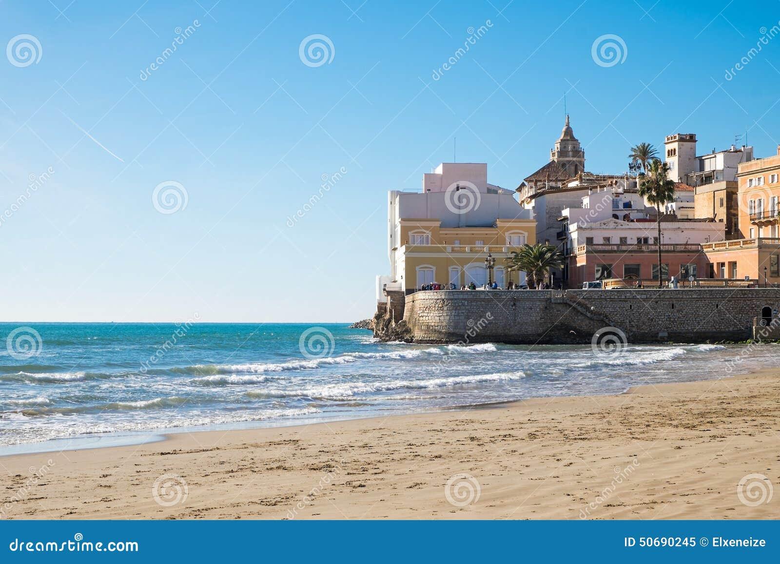Download 海滩锡切斯在卡塔龙尼亚 库存图片. 图片 包括有 沙子, 美丽如画, 小珠靠岸的, 地中海, 放松, 堡垒 - 50690245