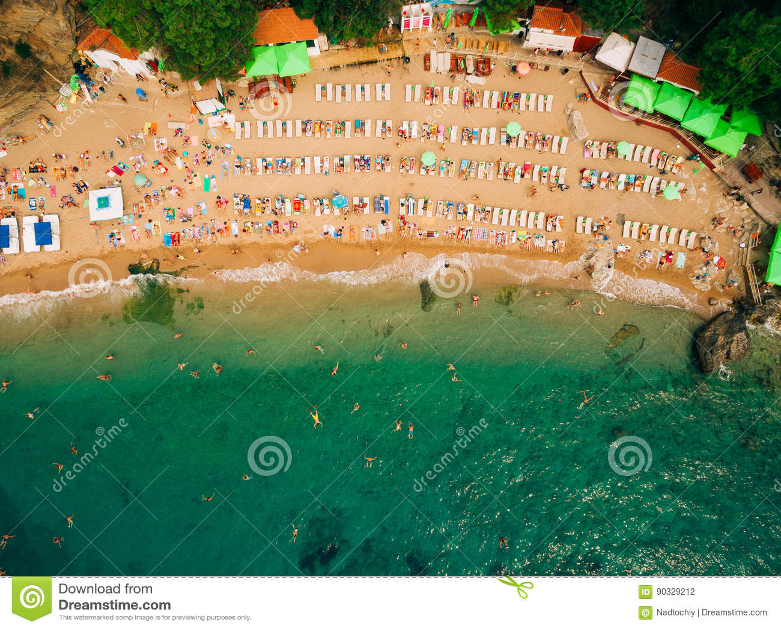 海滩顶视图  沙滩鸟瞰图与游人的游泳