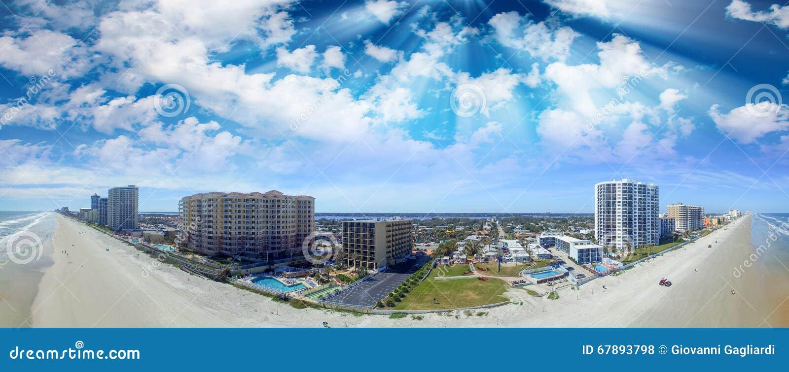 海滩daytona佛罗里达 惊人的鸟瞰图在一美好的天
