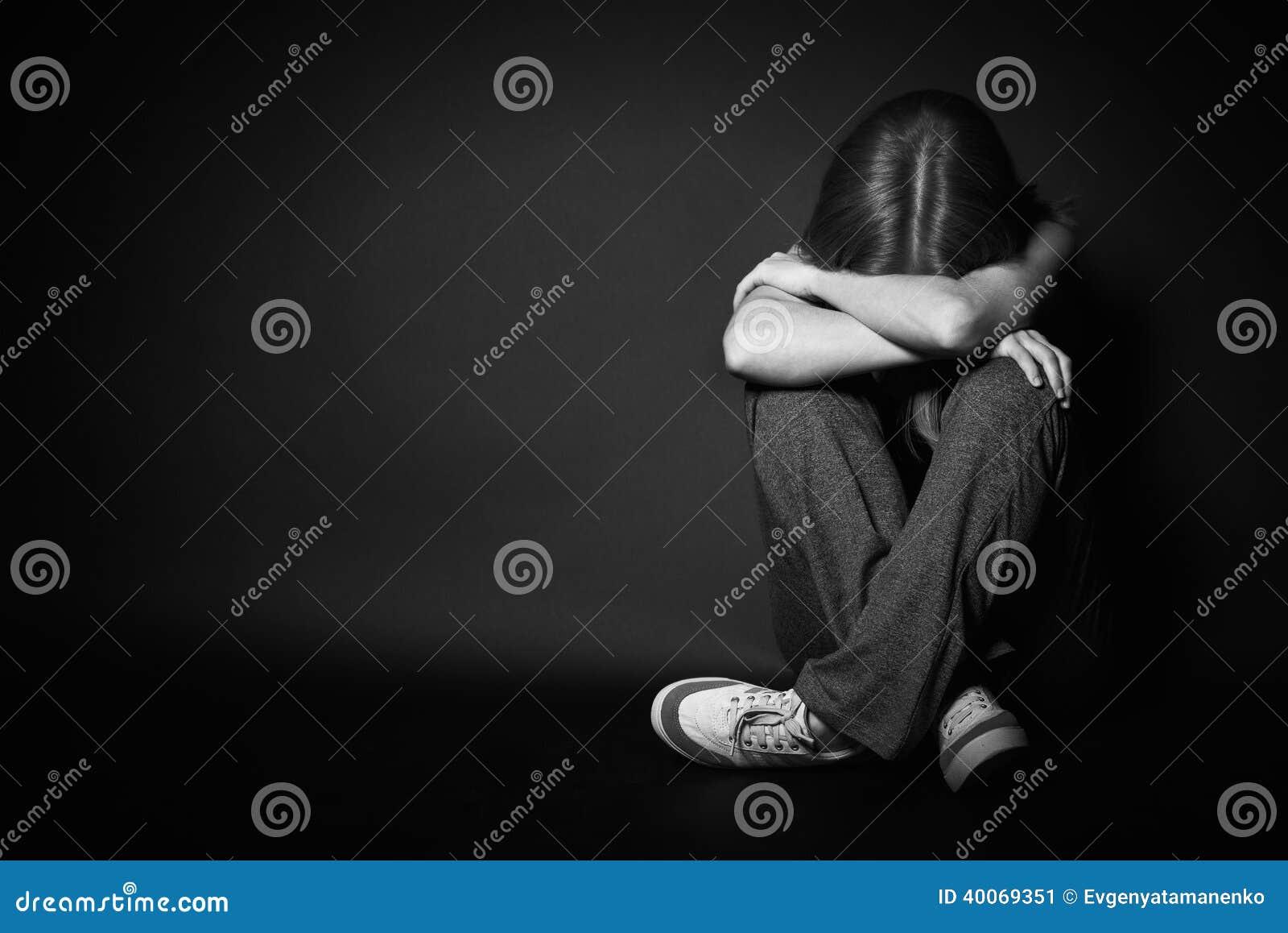 消沉和绝望的妇女哭泣在黑黑暗的