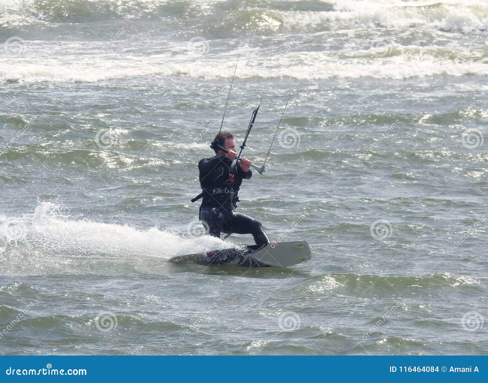 消遣水上运动行动 乘波浪的Kiteboarder 多西特,英国 2018年5月