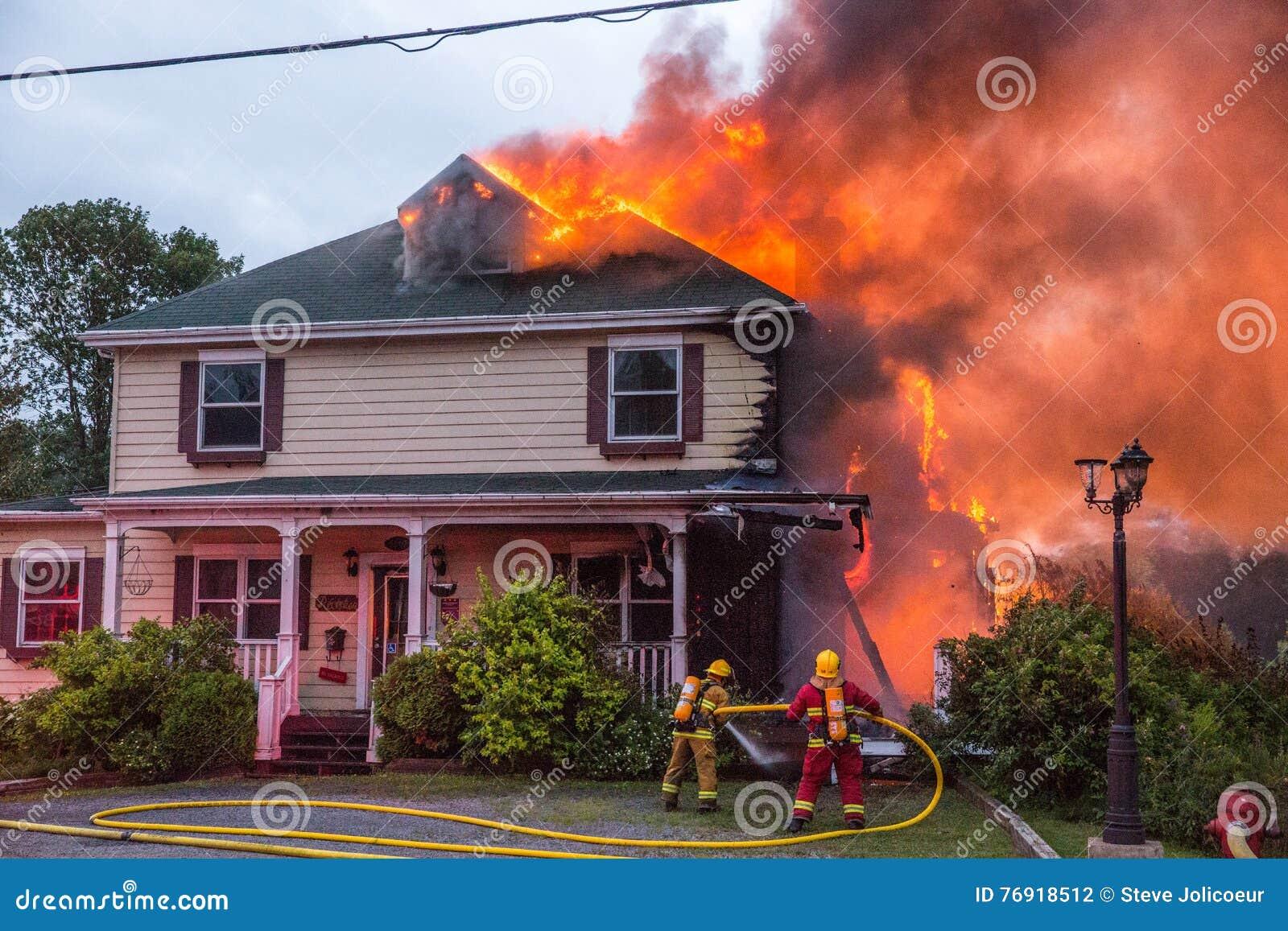 消防队员争斗燃烧的房子火