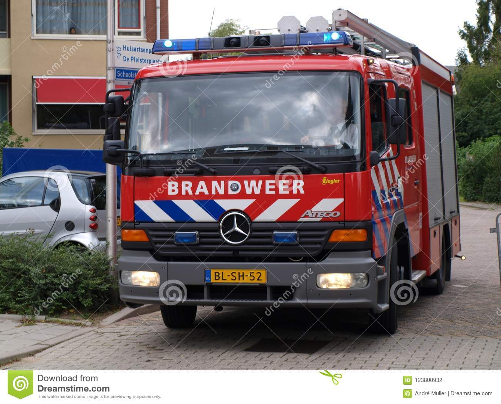 消防队员旅团的卡车在Nieuwerkerk aan小室IJssel作为熄灭车`的荷兰