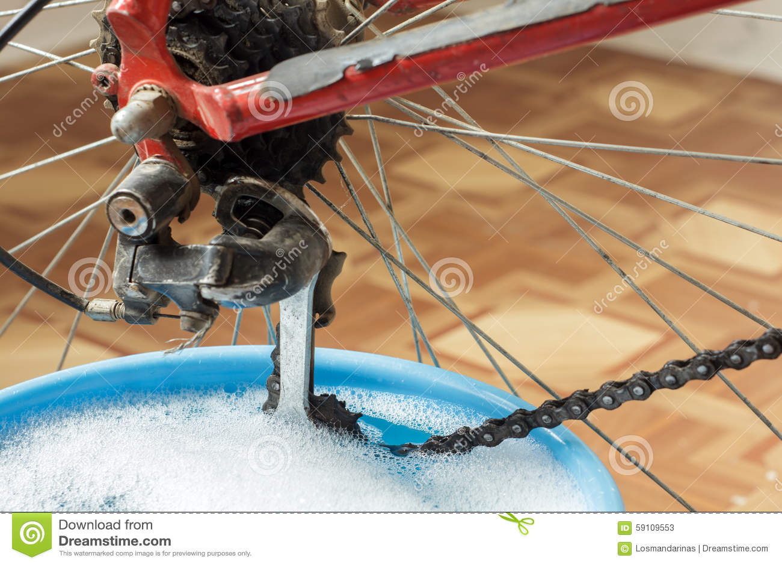 洗涤的自行车链子