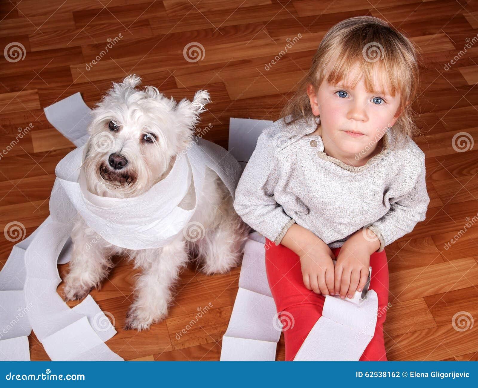 淘气孩子和白色坐髯狗的小狗