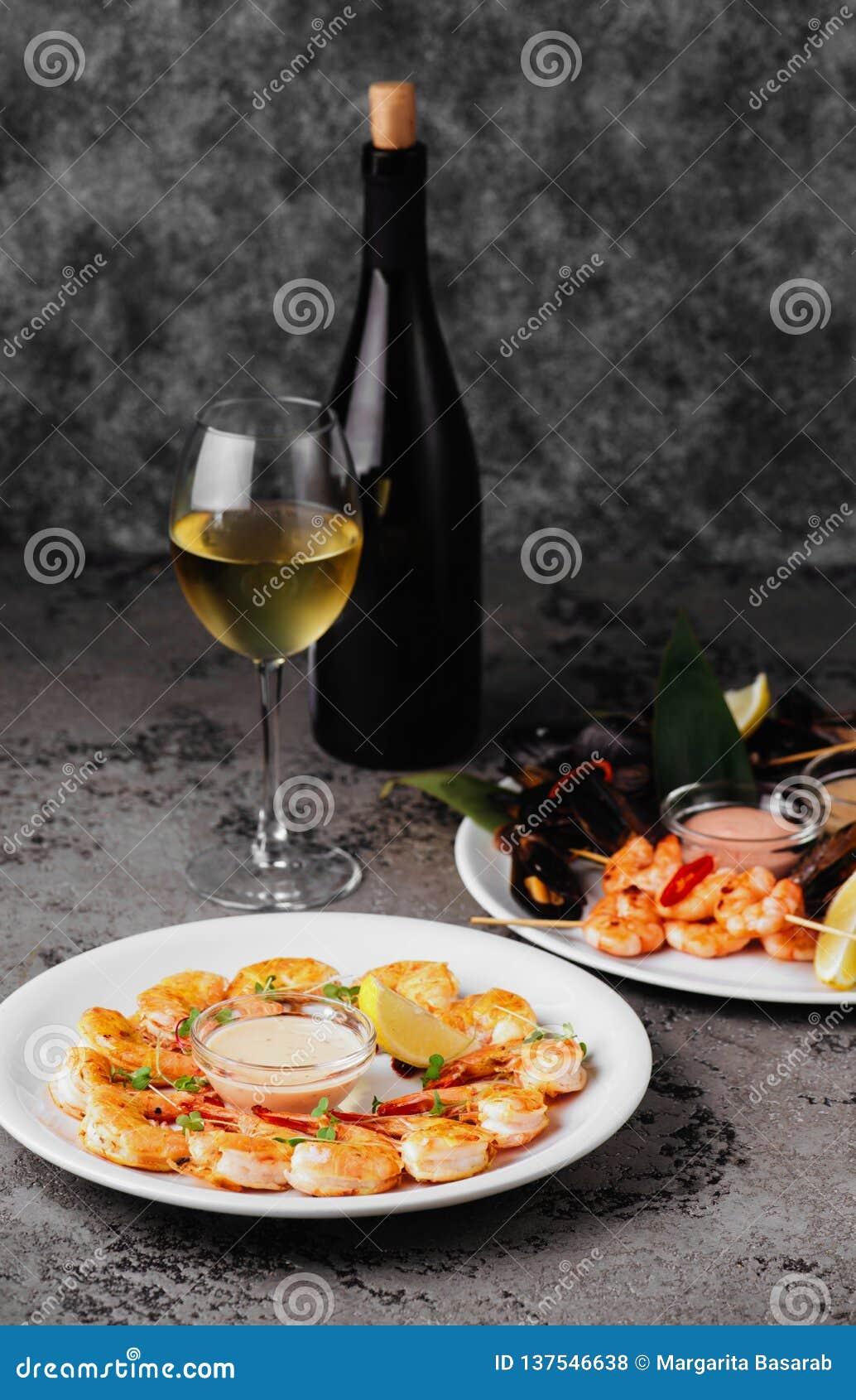 淡菜和虾在石桌上