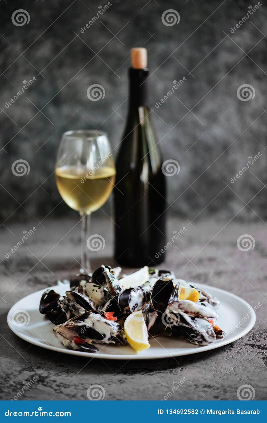 淡菜在白酒调味汁煮沸了,供食用多士和柠檬