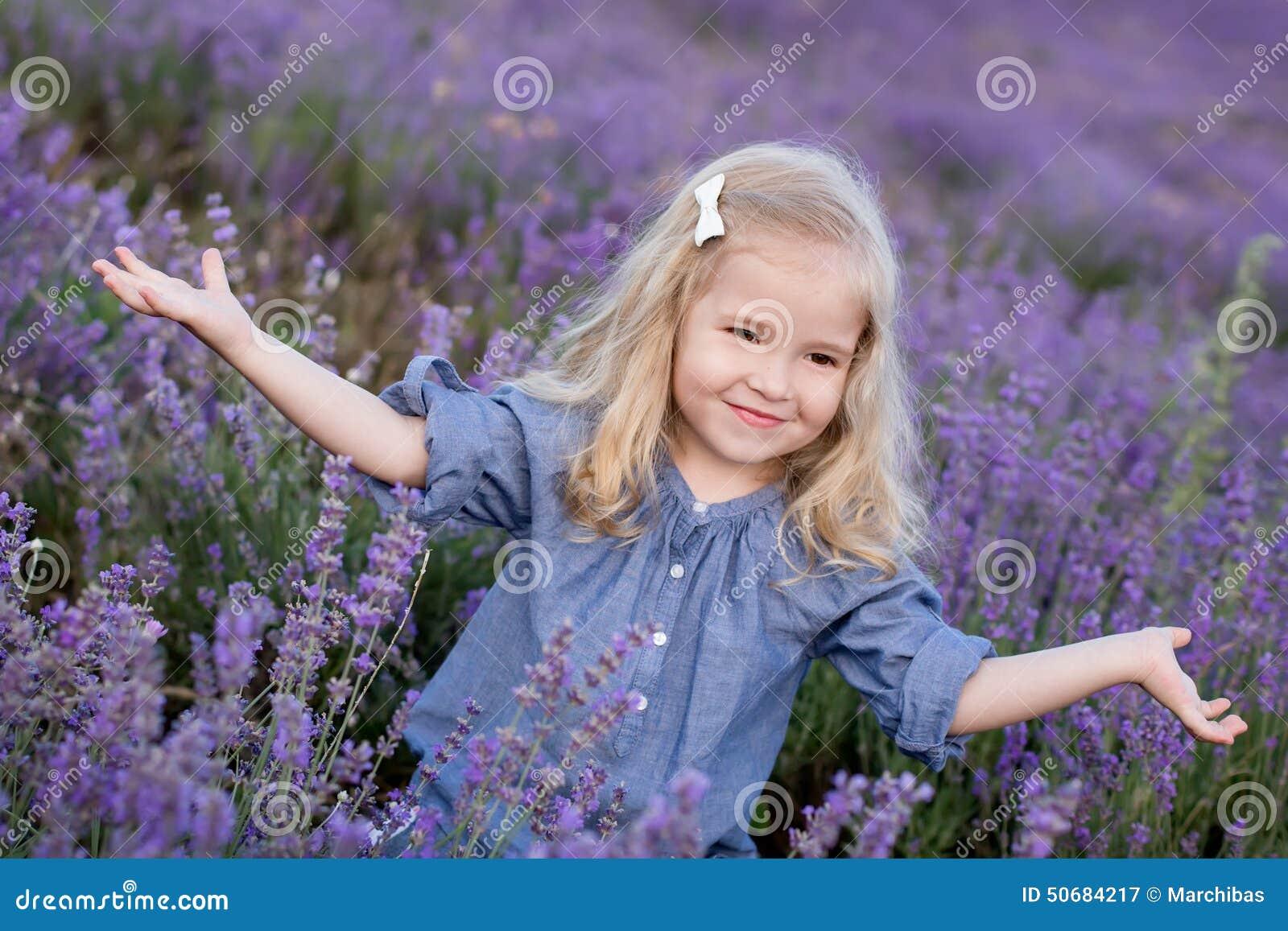 Download 淡紫色的愉快的小女孩 库存图片. 图片 包括有 牛仔布, 植物群, 花卉, 收获, 愉快, 绽放, 草本 - 50684217
