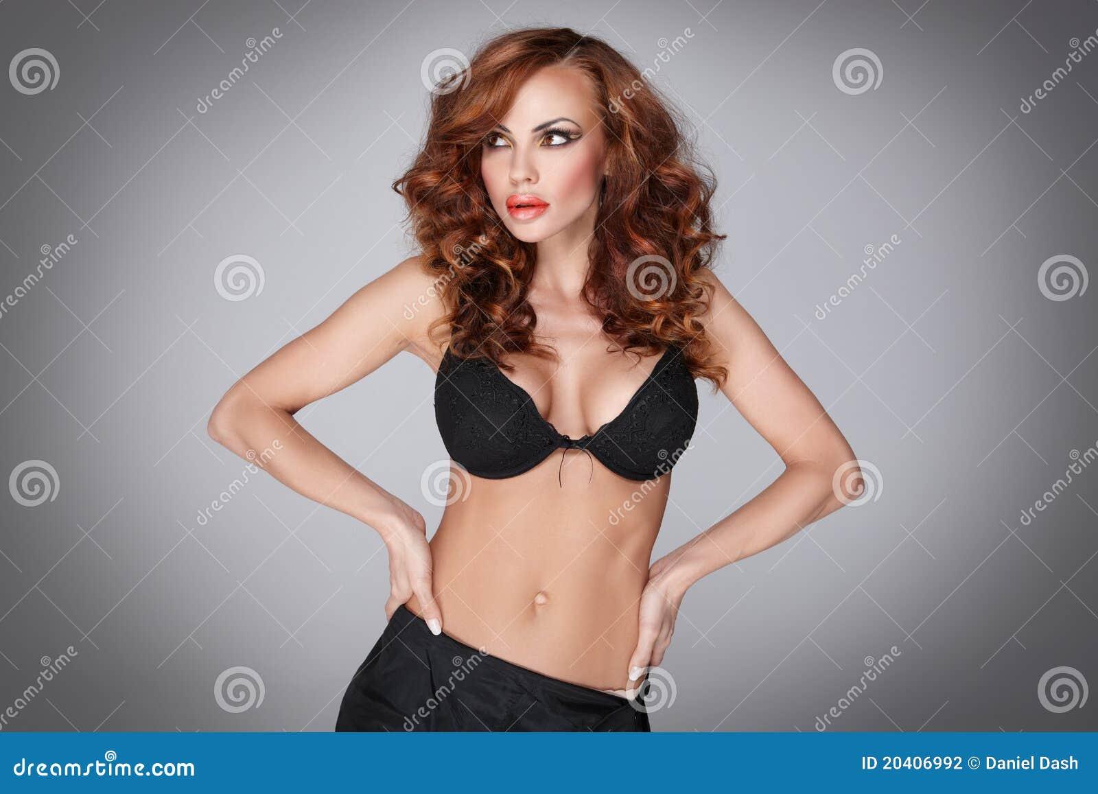 华为内衣淫荡_淫荡和黑色女用贴身内衣裤的可爱的少妇.
