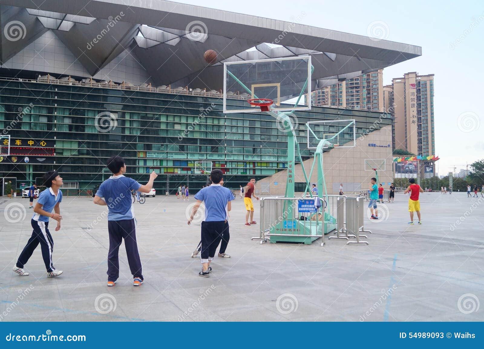深圳,中国:学生打篮球