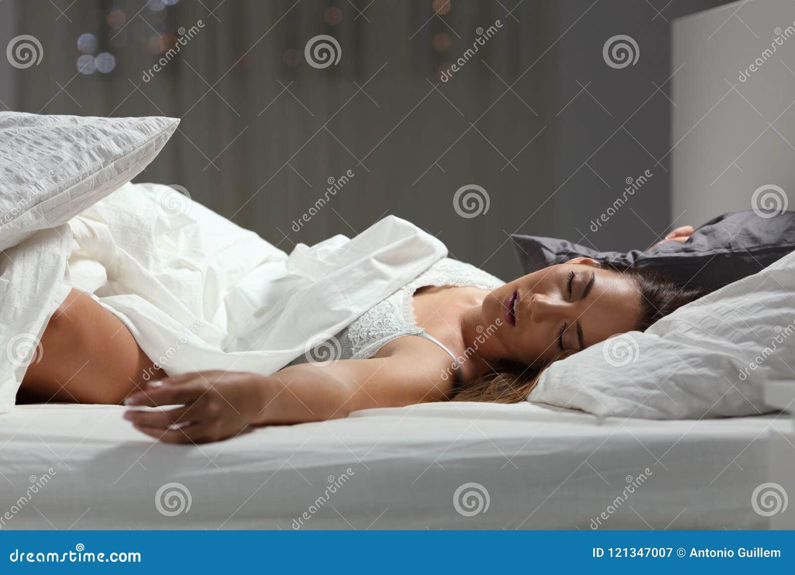 深深地在家睡觉夜的妇女
