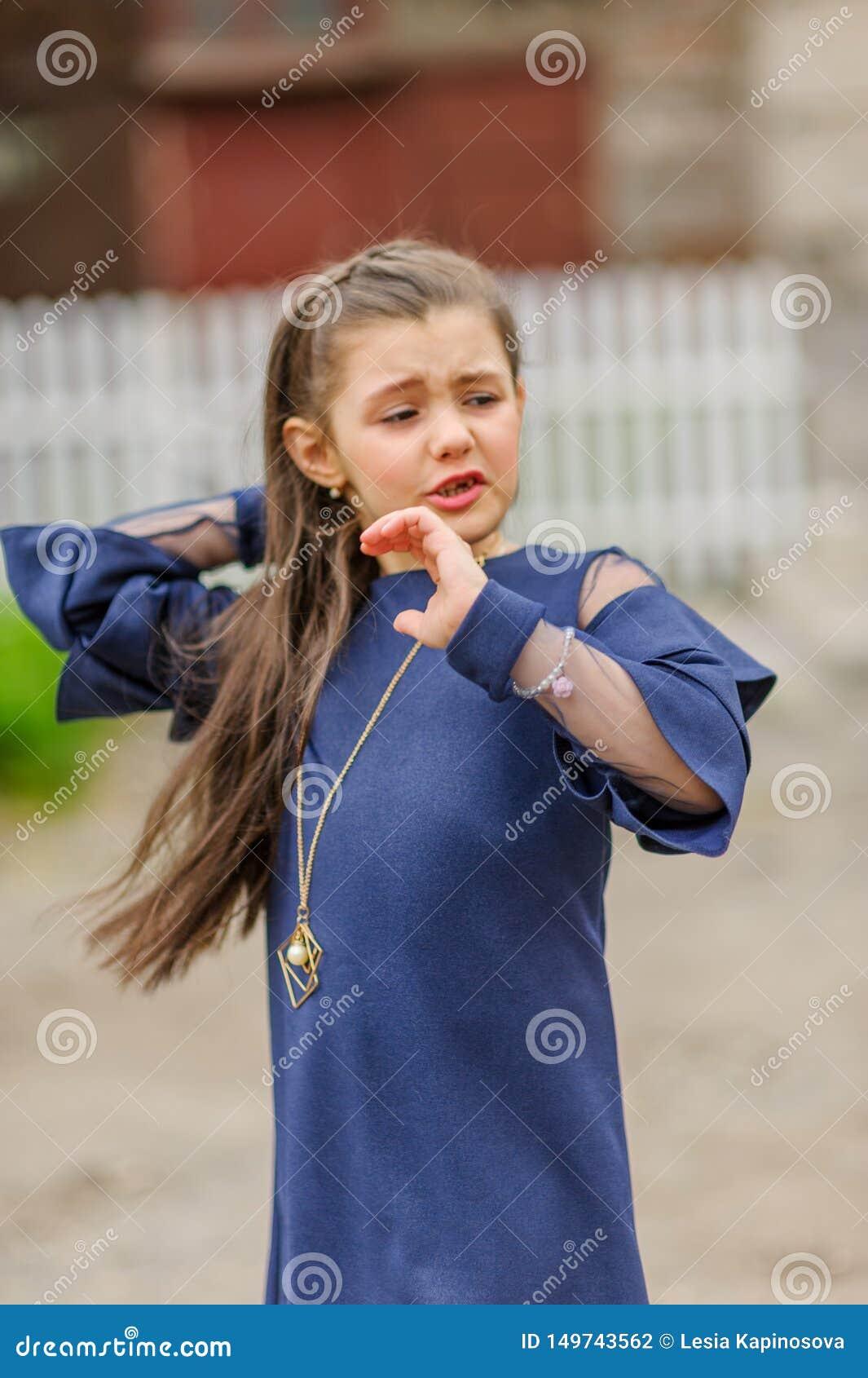 深色的女孩佩带的牛仔布礼服尖叫骄傲和庆祝非常激动的胜利和的成功,欢呼的情感