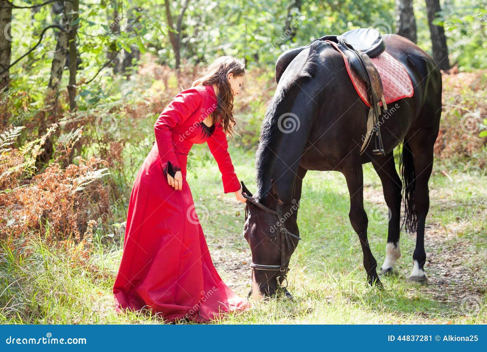 配马女_深色的女孩和马