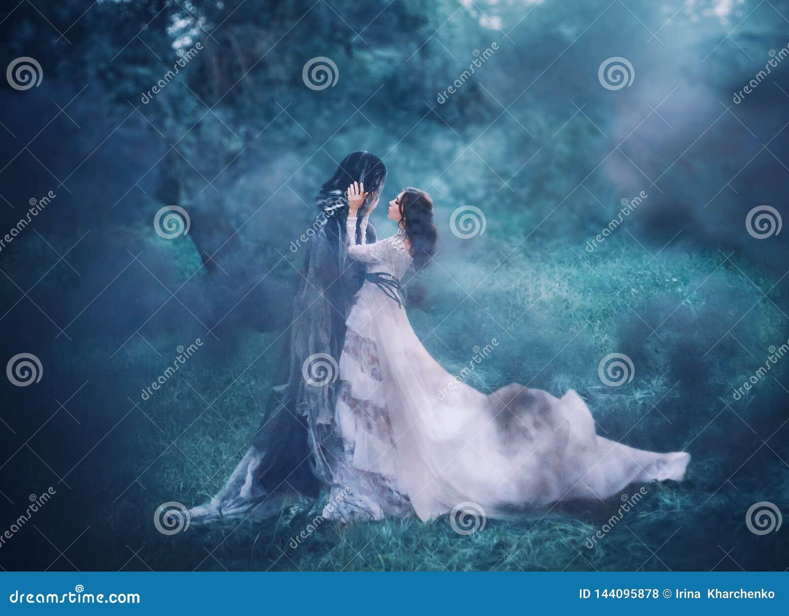 深色的女孩每夜的神奇冷的蓝色森林,白色葡萄酒鞋带礼服的夫人的鬼魂和精神有长的飞行的