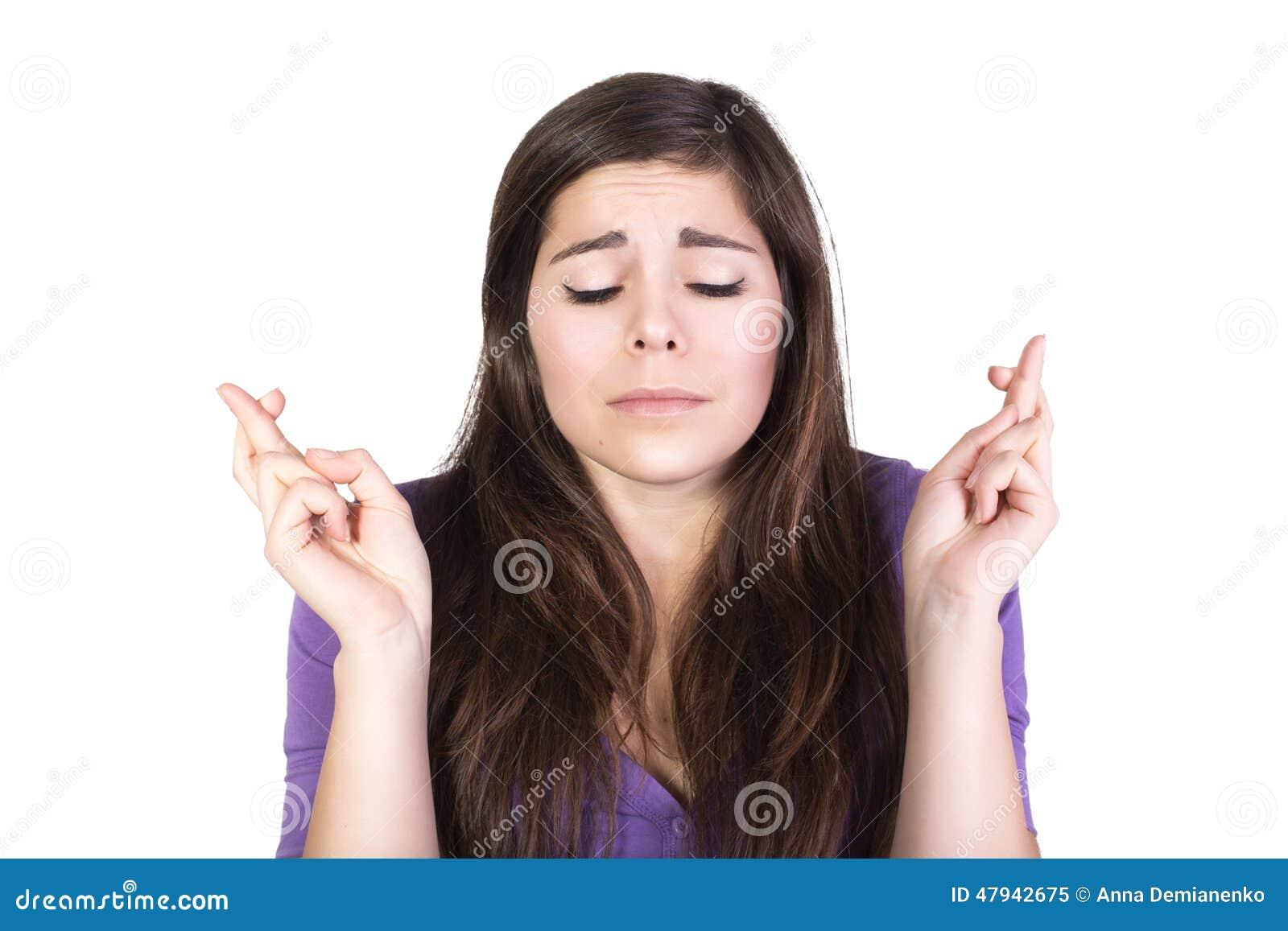 深色的妇女祈祷并且希望与闭合的眼睛