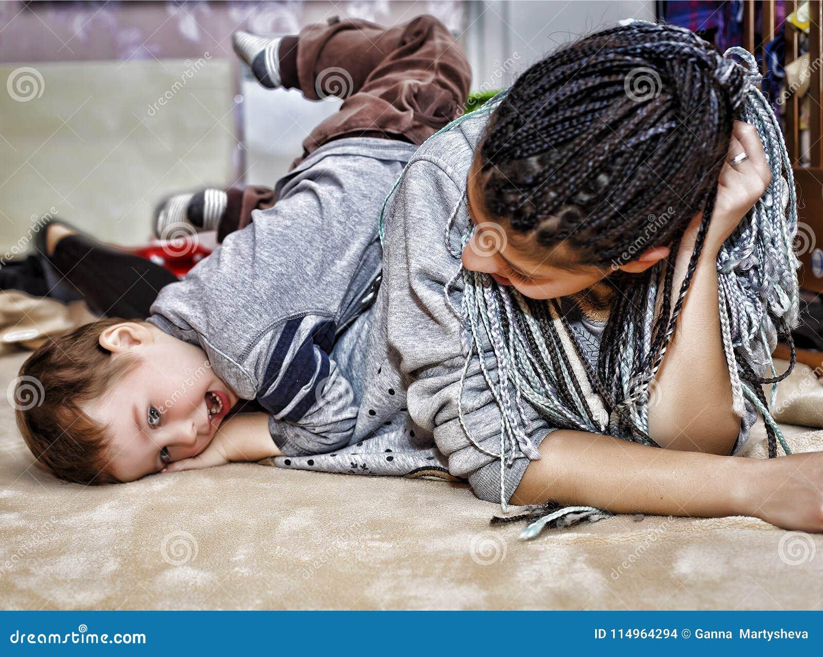 深色皮肤的妈妈,妈妈,戏剧,小儿子,儿子,男孩,婴孩的
