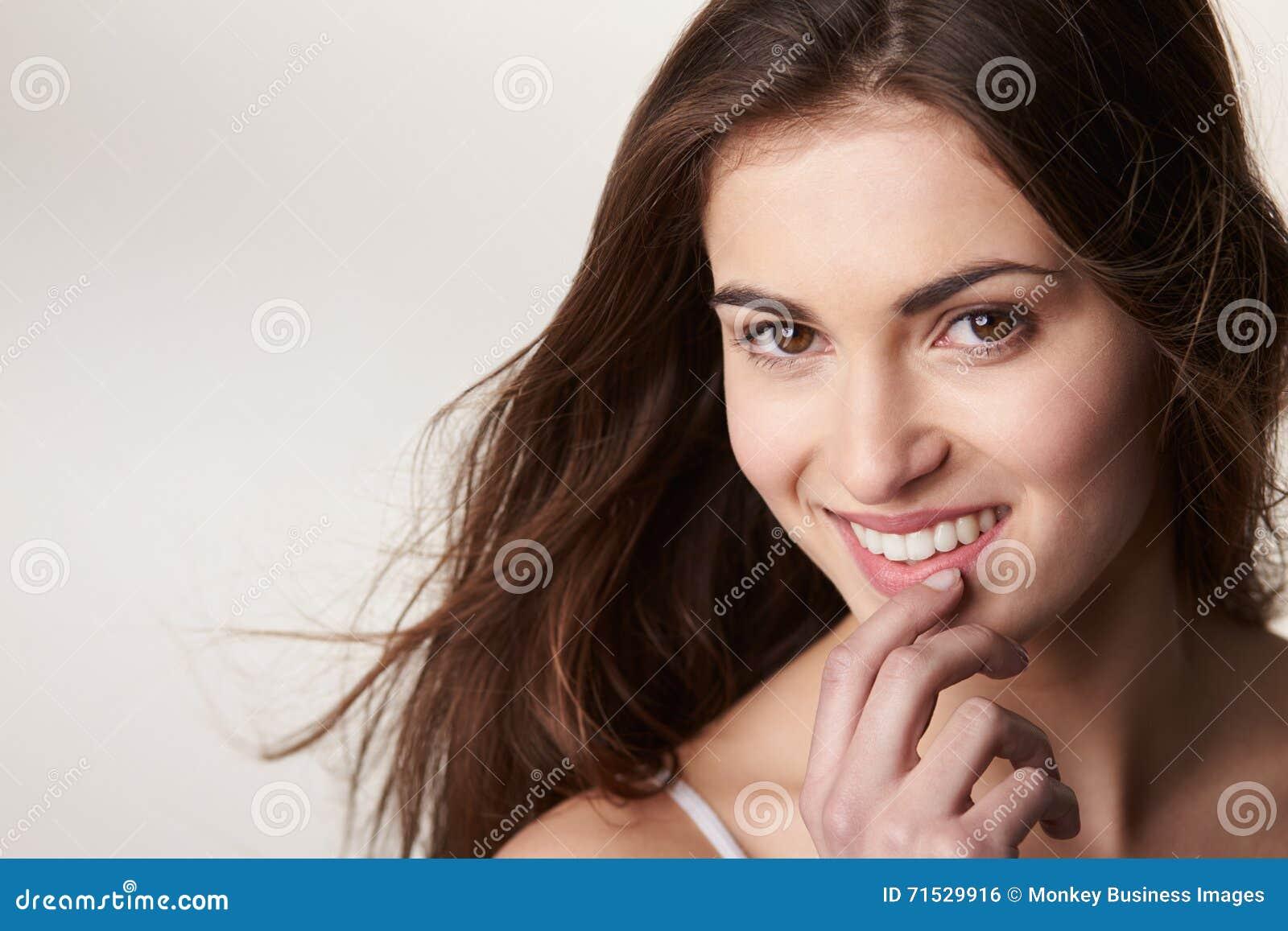 深色头发,已故的青少年的女孩,对照相机的头发吹的神色.图片