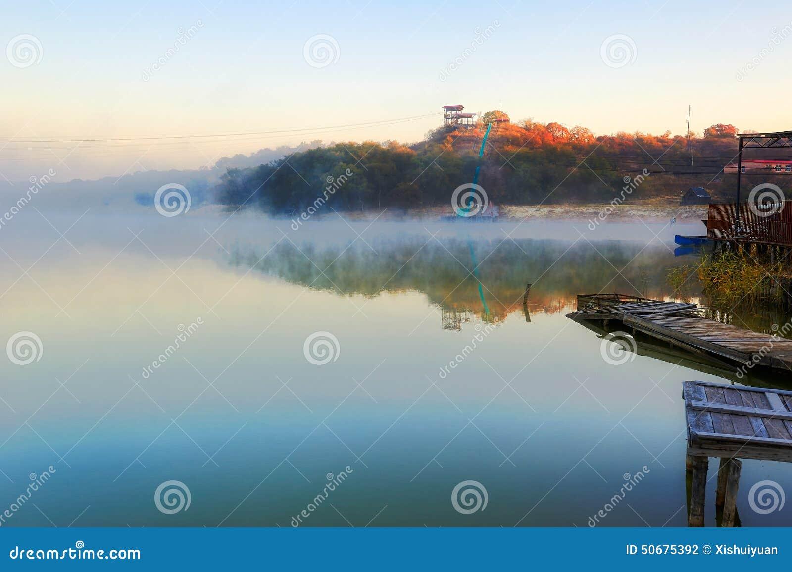 Download 深蓝Xiaoqing湖和早晨雾 库存照片. 图片 包括有 区域, 停泊的, beautifuler, 天空 - 50675392