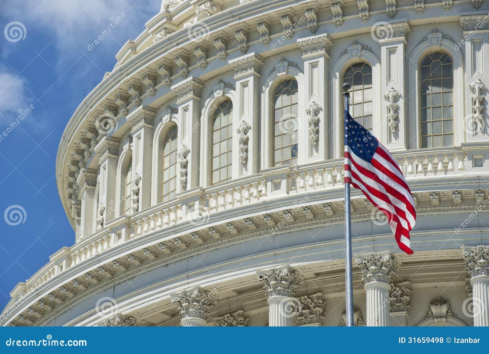 深刻的蓝天背景的华盛顿特区国会大厦