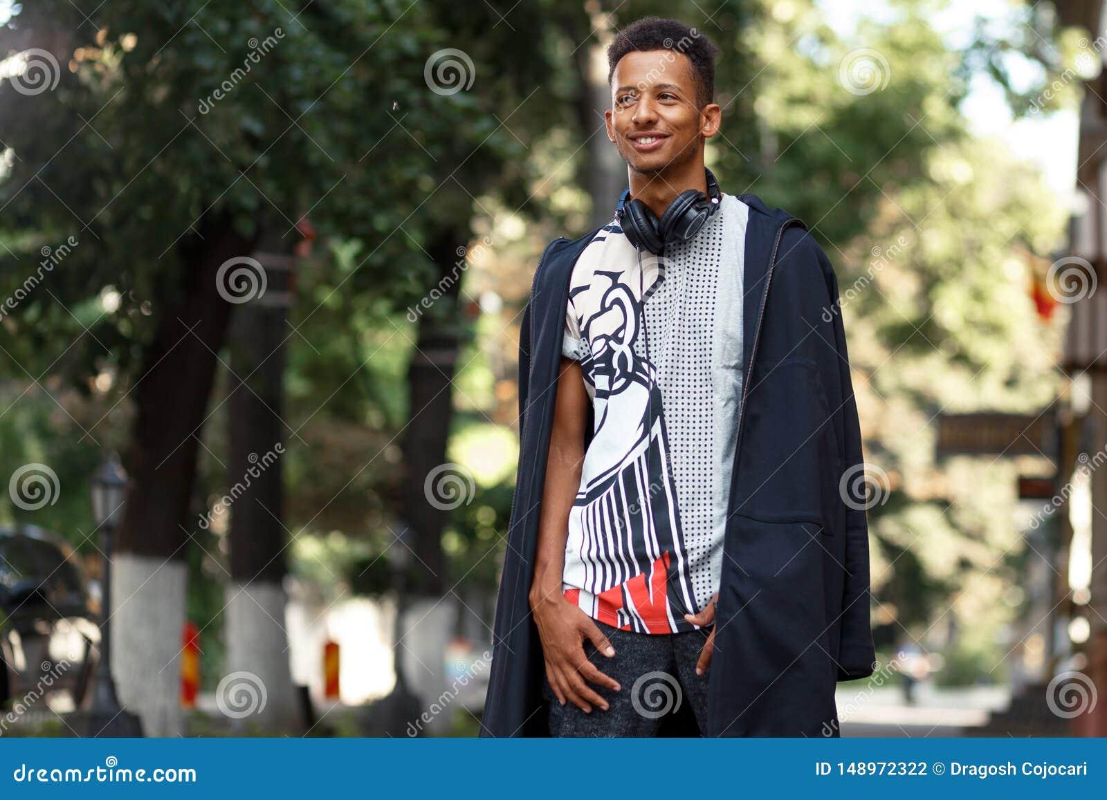 混合的族种人外面,佩带在现代衣裳和耳机,有好日子,被隔绝的被弄脏的背景