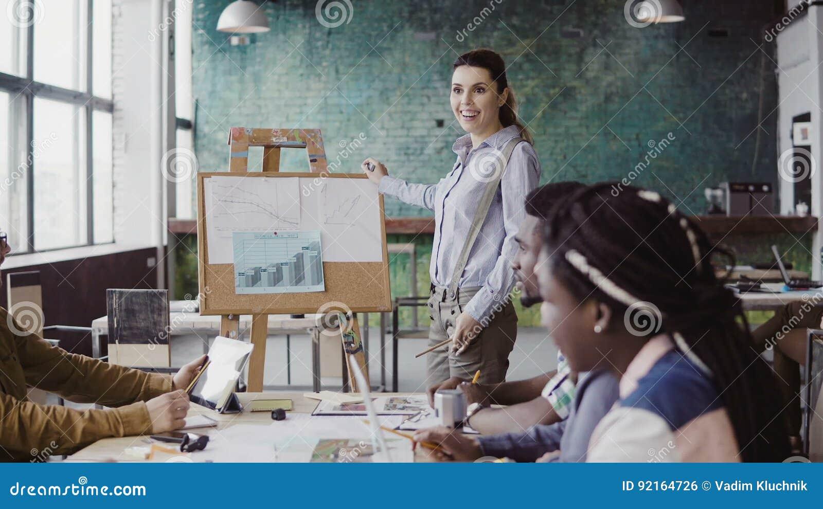 混合的族种企业队会议  当前财务数据的妇女经理对人在现代办公室