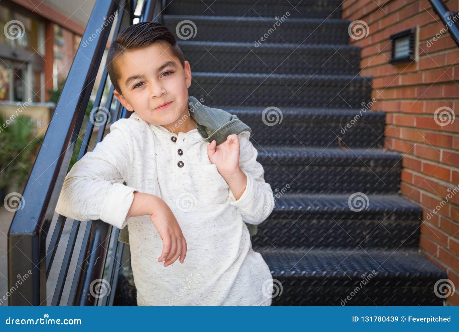 混合的族种年轻人拉美裔和白种人男孩画象