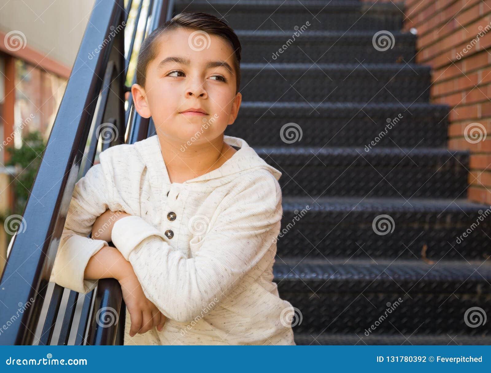 混合的族种年轻西班牙白种人男孩