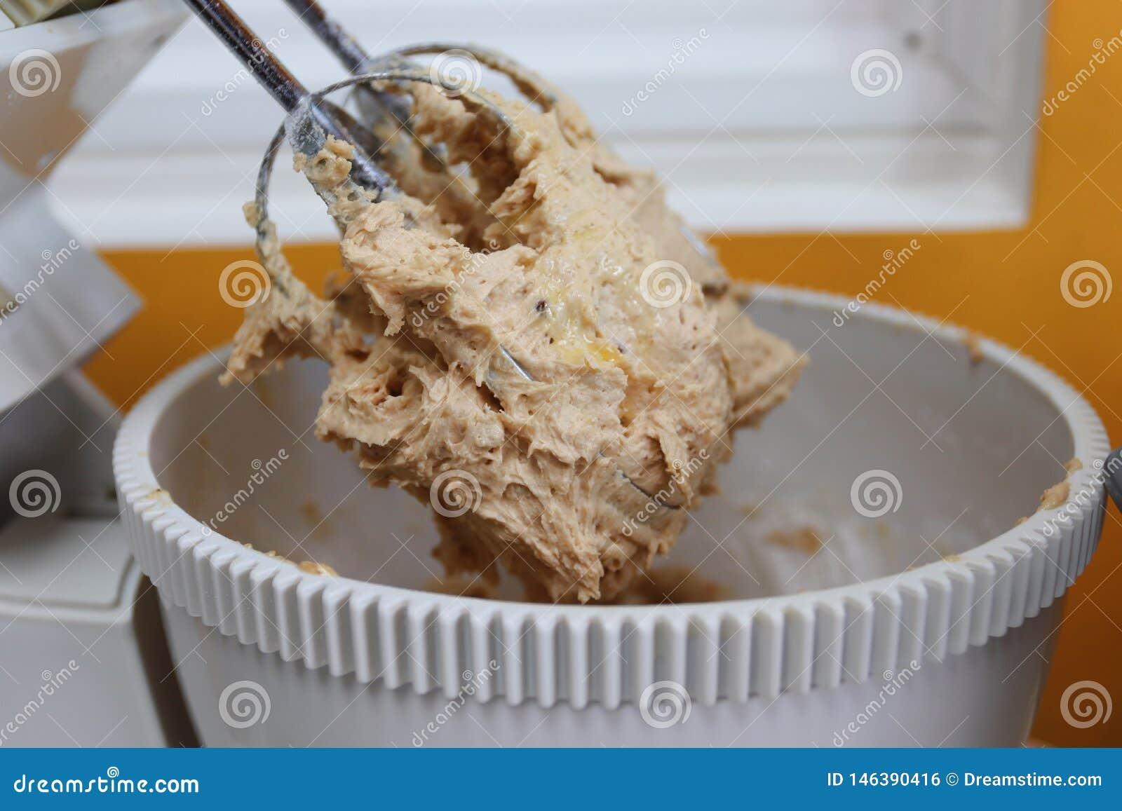 混合的鸡蛋、面粉和糖在碗有电动搅拌机的