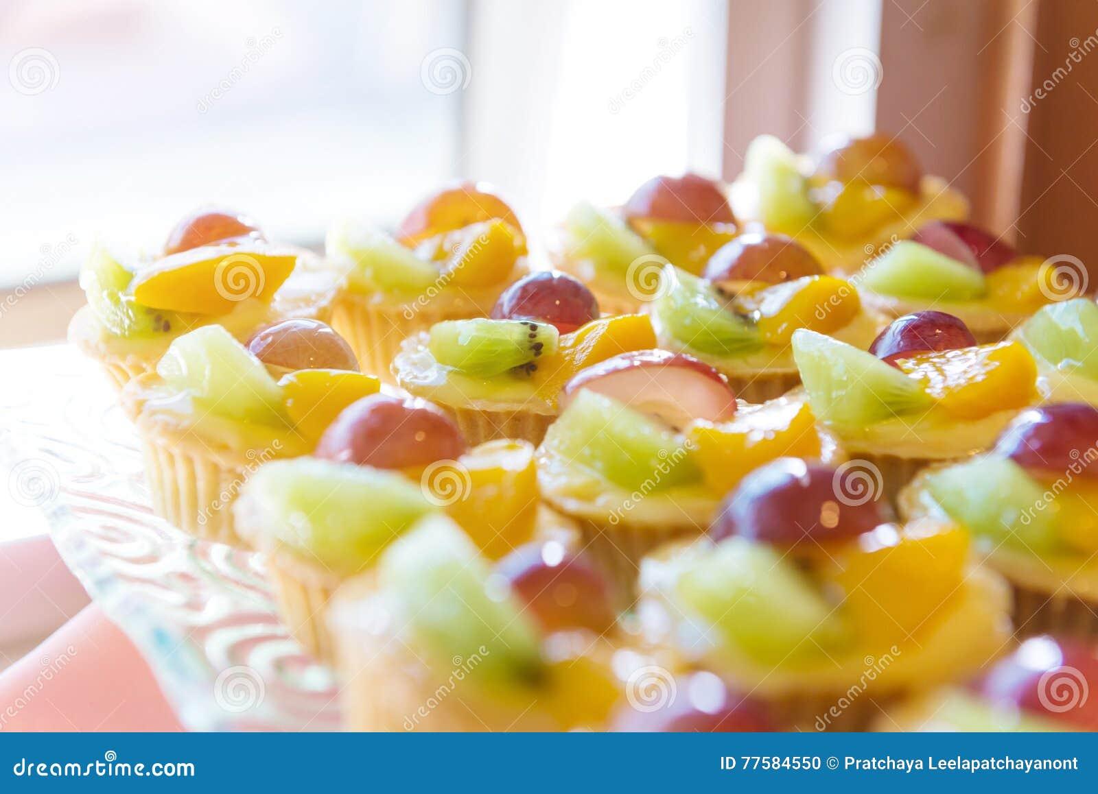 混杂的新鲜水果乳蛋糕馅饼