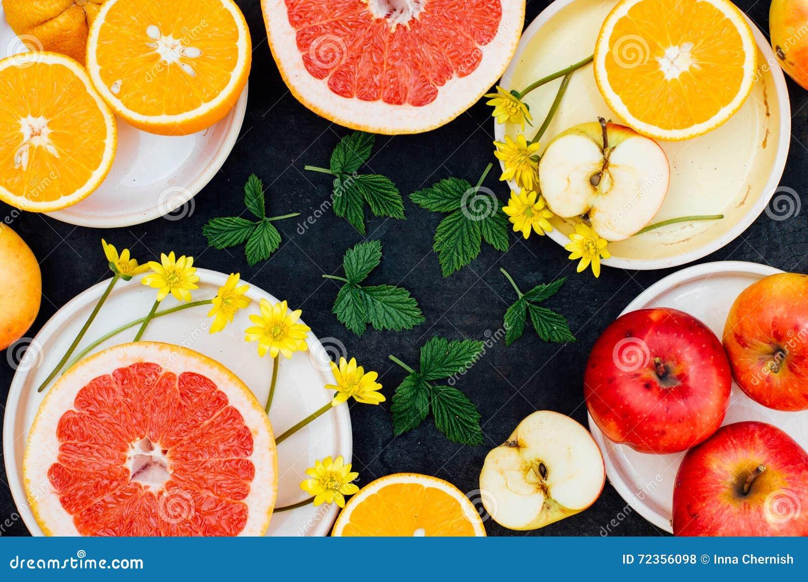 混杂的欢乐五颜六色的热带和柑桔切在bla
