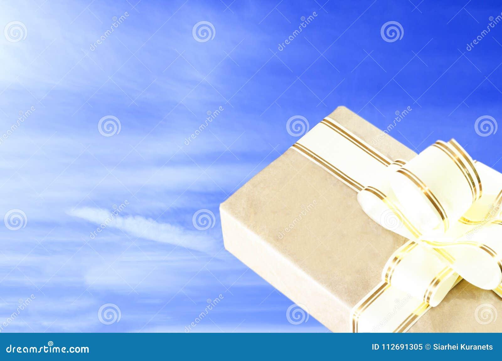 清楚的晴天 天空是蓝色的 在老牌的礼物盒,与金丝带