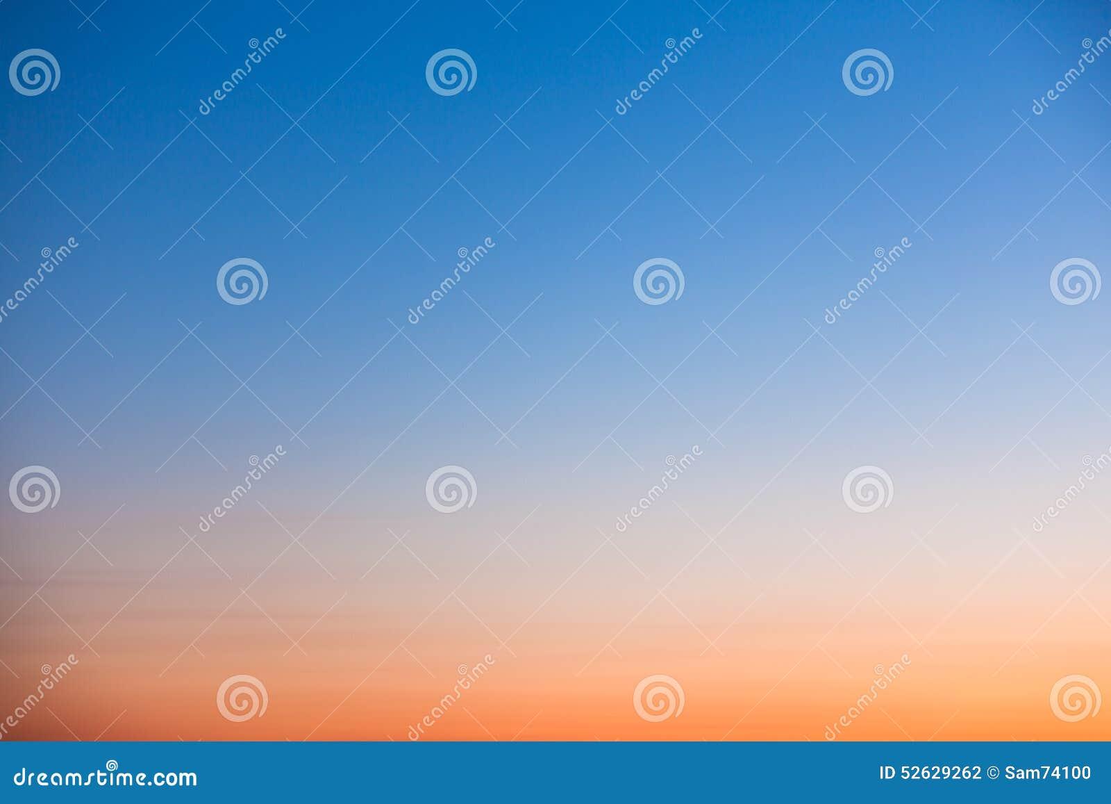 清楚的橙色和蓝色日落天空