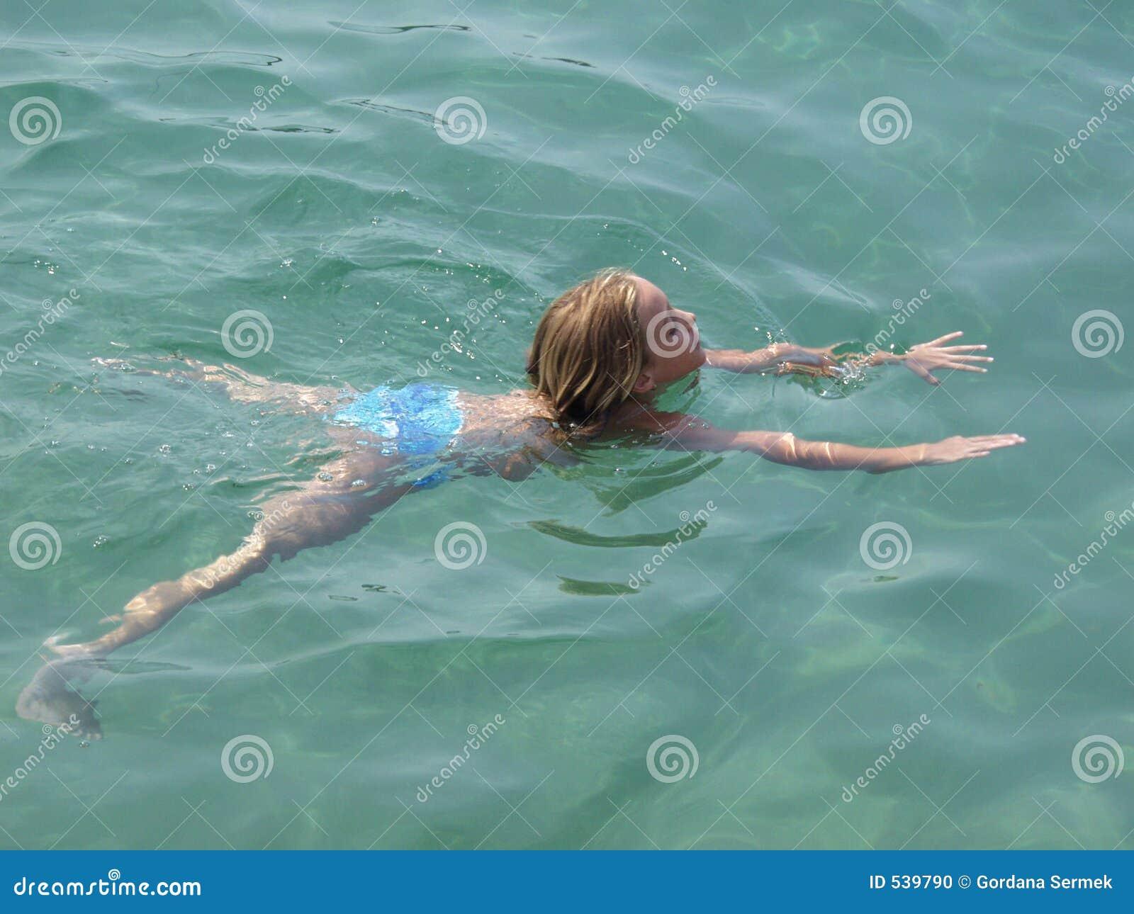 Download 清楚的水晶女孩海运游泳 库存照片. 图片 包括有 克罗地亚, 海岸线, 克罗地亚人, 火箭筒, 平静, 海洋 - 539790