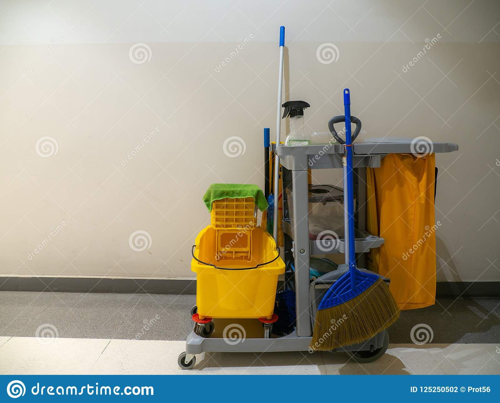 清洁工具推车等待擦净剂 桶和套在百货商店的清洁设备 管理员服务工友为