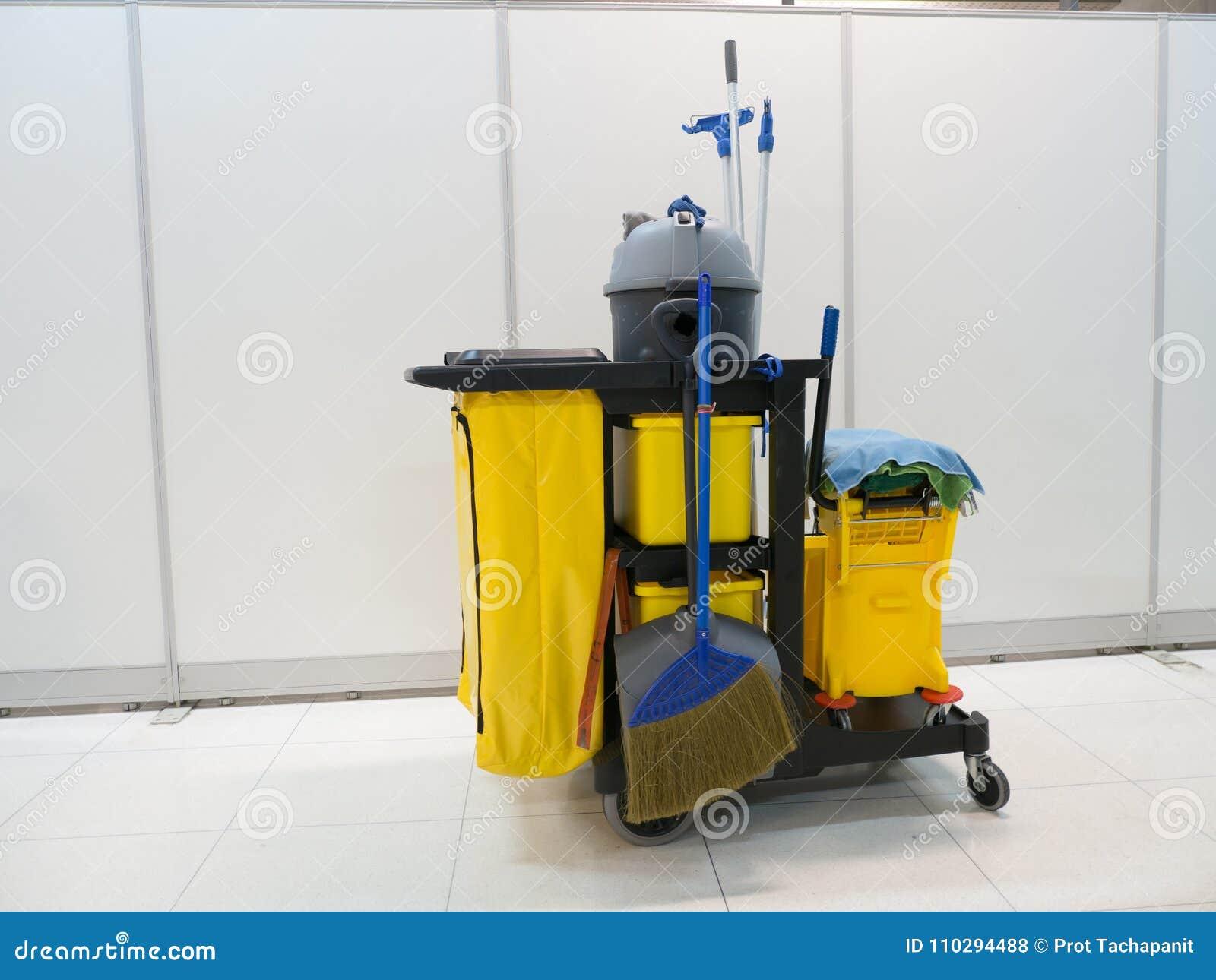 清洁工具推车等待清洁 桶和套清洁设备在办公室 管理员服务工友为您