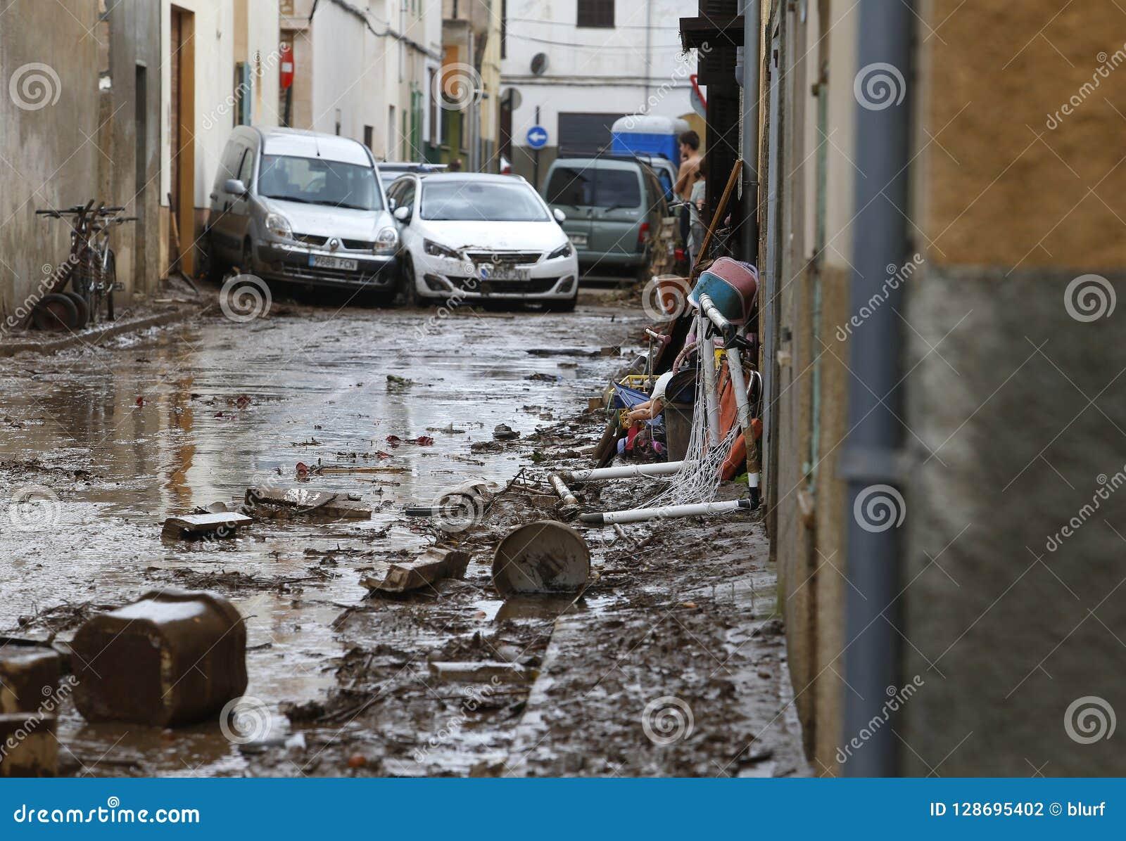 清洗在洪水以后的村民在圣Llorenc在海岛马略卡