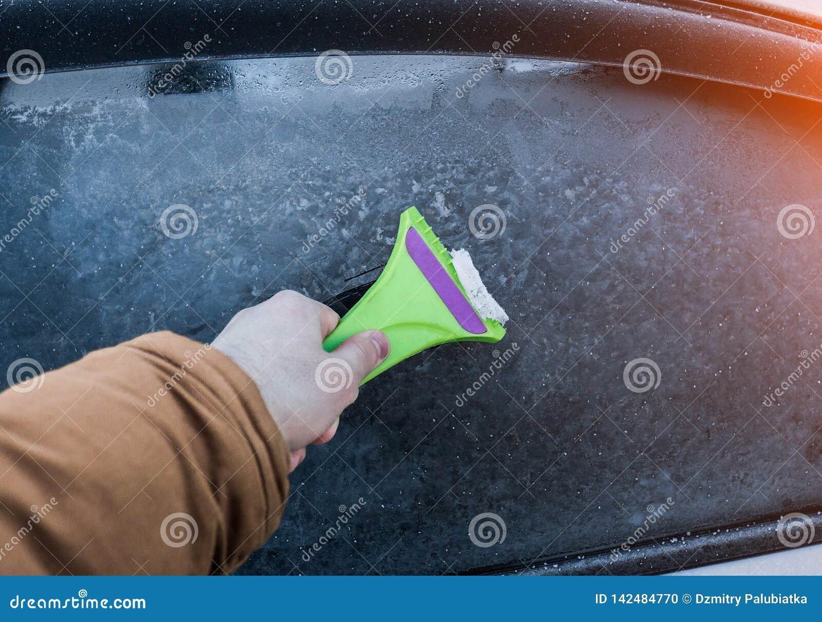 清洗汽车玻璃从冰