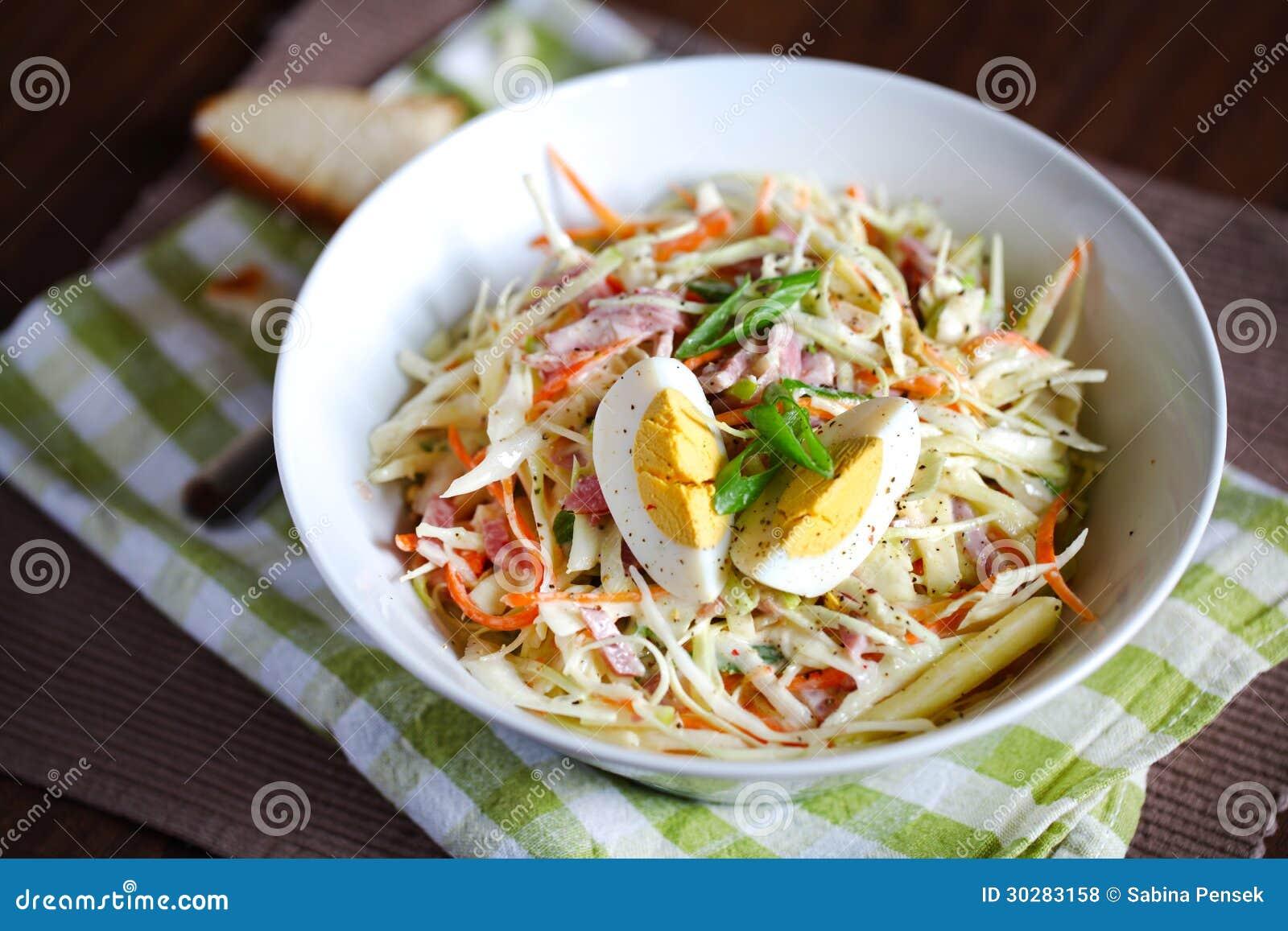 凉拌卷心菜沙拉用水煮蛋和苹果