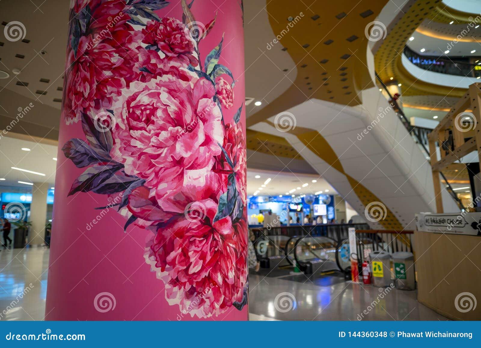 清迈/泰国- 2019年3月12日:桃红色牡丹五颜六色的图画在具体岗位的在中央节日百货店