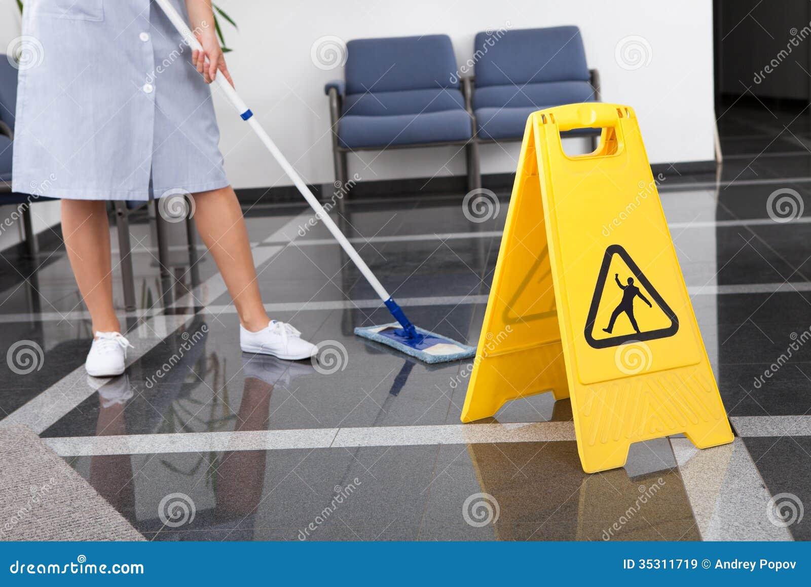 清洗地板的佣人