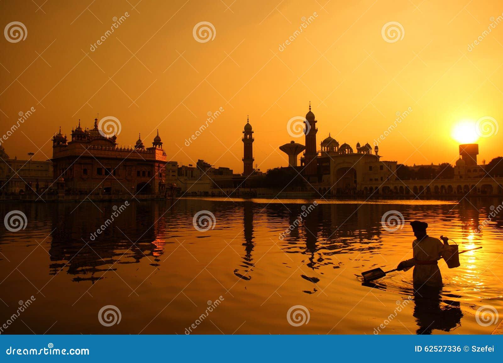 清洗金黄寺庙的水池,印度