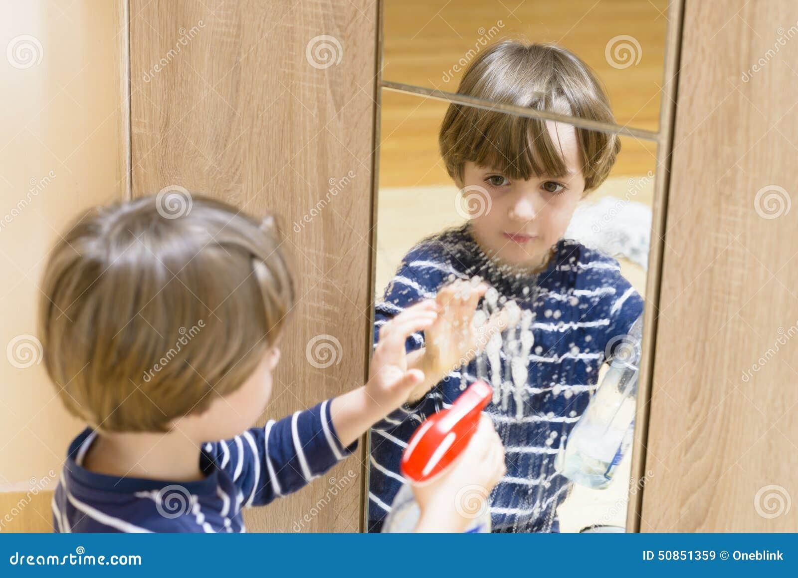 清洗镜子的男孩