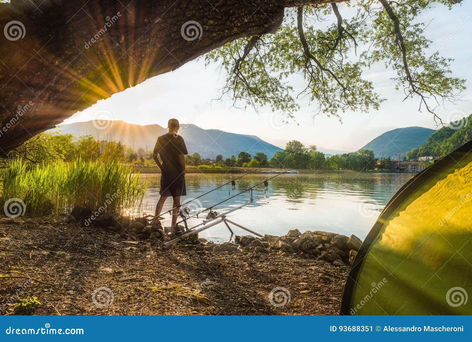 渔冒险,鲤鱼渔 钓鱼者,日落的,钓鱼与carpfishing的技术