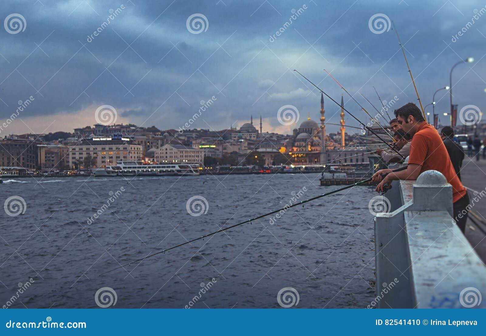渔夫和游人伊斯坦布尔加拉塔桥梁的
