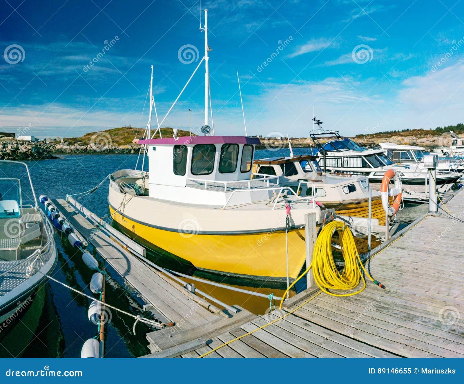 渔船在春天在海湾的停泊了